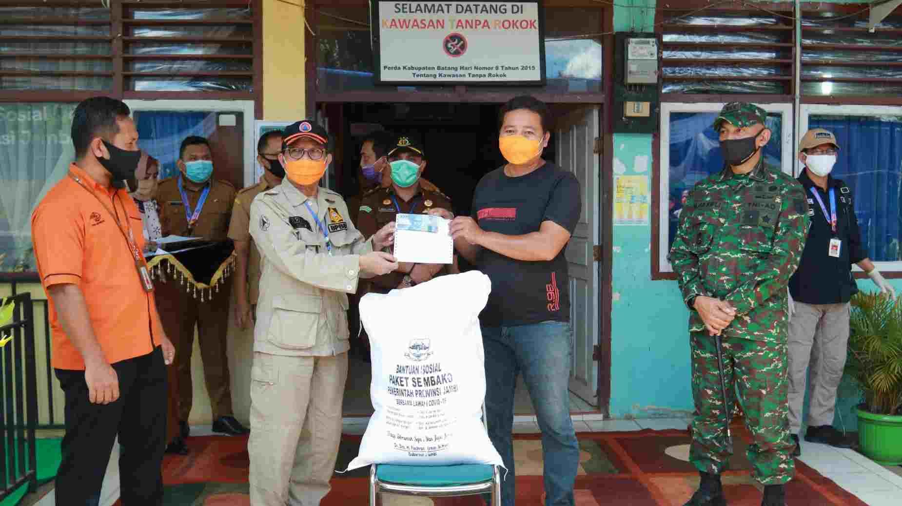 Fachrori Umar saat salurkan bantuan JPS Covid-19 di Batanghari