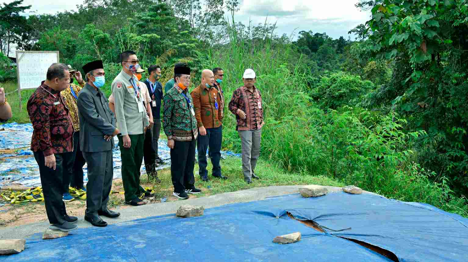 Fachrori Umar saat pantau jalan longsor di Pintu Kalo Tebo