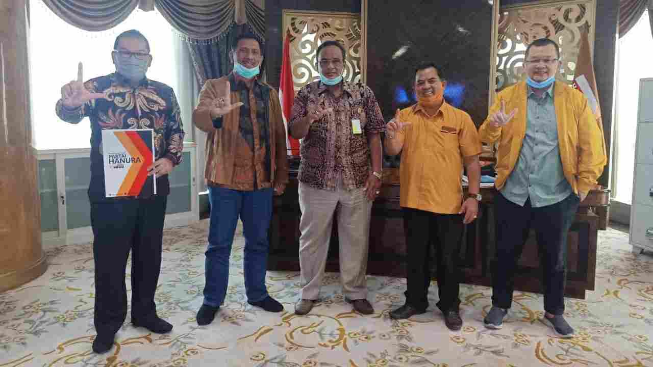 Tim Pemenangan Fachrori, Idham Khalid (kiri) saat terima dukungan Hanura