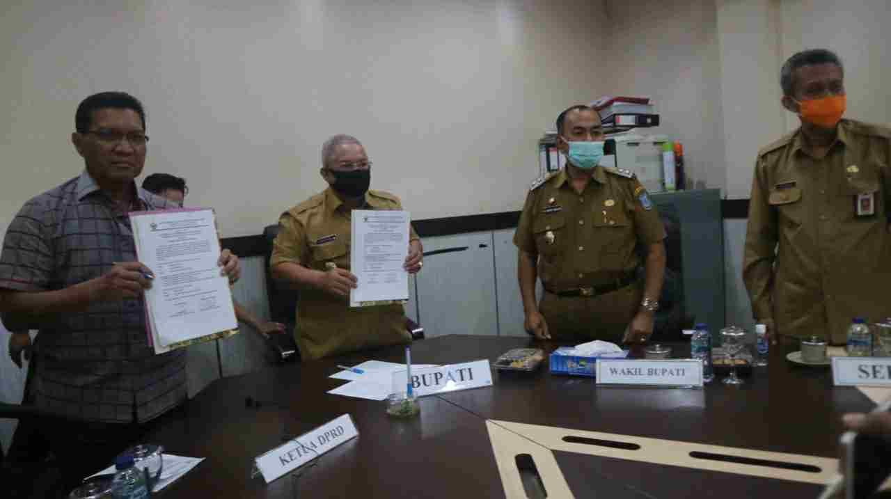 Bupati Safrial saat menerima Opini WTP dari BPK perwakilan Jambi