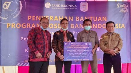 Al Haris (kanan) saat hadiri bantuan Bank Indonesia