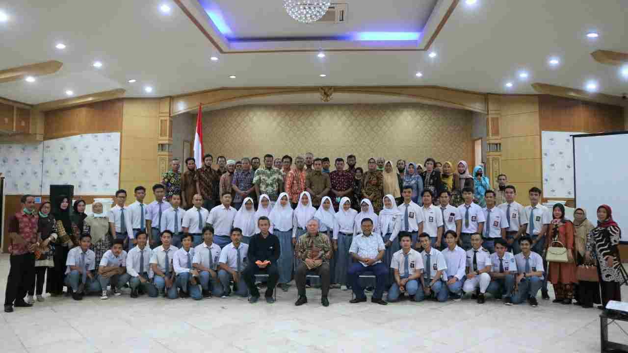 Bupati Safrial (tengah) saat sesi foto bersama sebelum lepas calon Mahasiswa BUD Akamigas Cepu