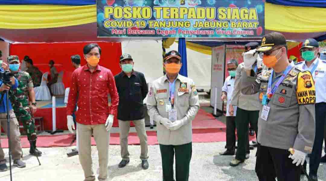 Fachrori Umar, Kapolda Jambi dan Ketua DPRD Provinsi Jambi saat tinjau posko perbatasan