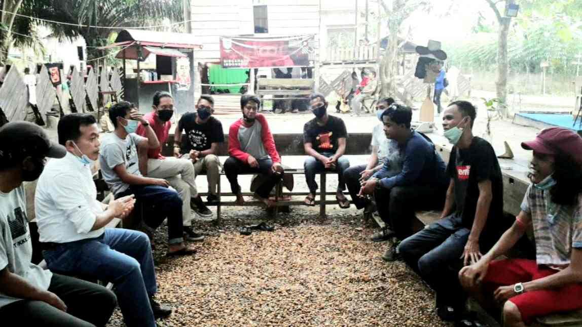 Al Haris saat berbincang dengan Millenial Muaro Jambi di Pojok Kopi