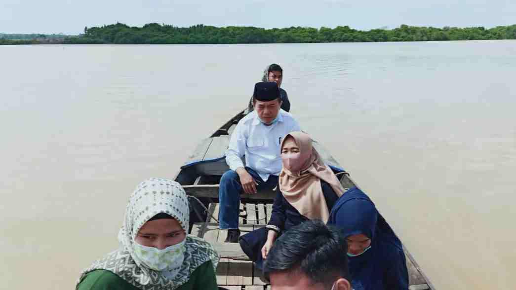 Al Haris saat gunakan ketek nyeberang ke Rantau Rasau