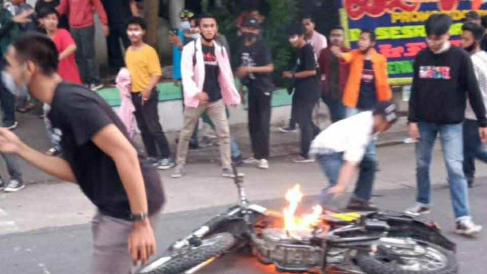 Aksi pembakaran sepeda motor saat aksi demontrasi tolak UU Cipta Kerja