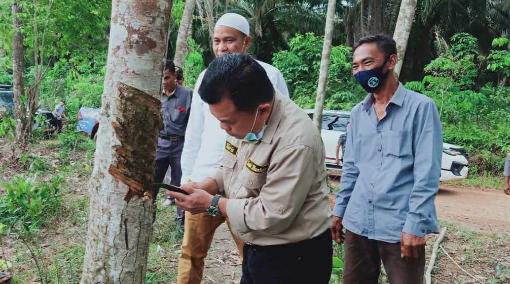 Al Haris saat silaturahmi dengan kelompok tani karet di Dusun Sungai Jerat, Desa Sungai Landai
