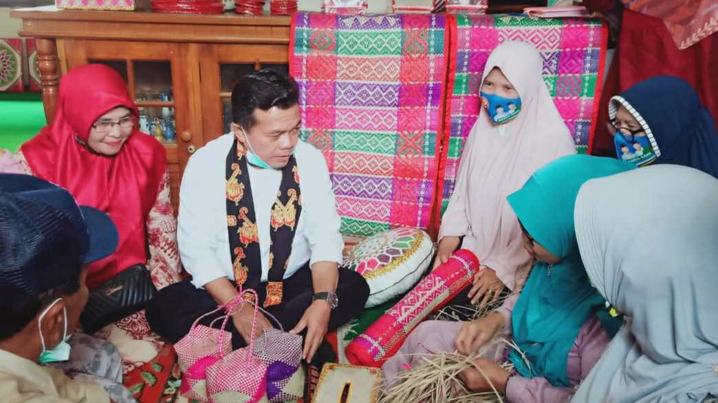 Al Haris saat mengunjungi pusat anyaman kerajinan di Rawang