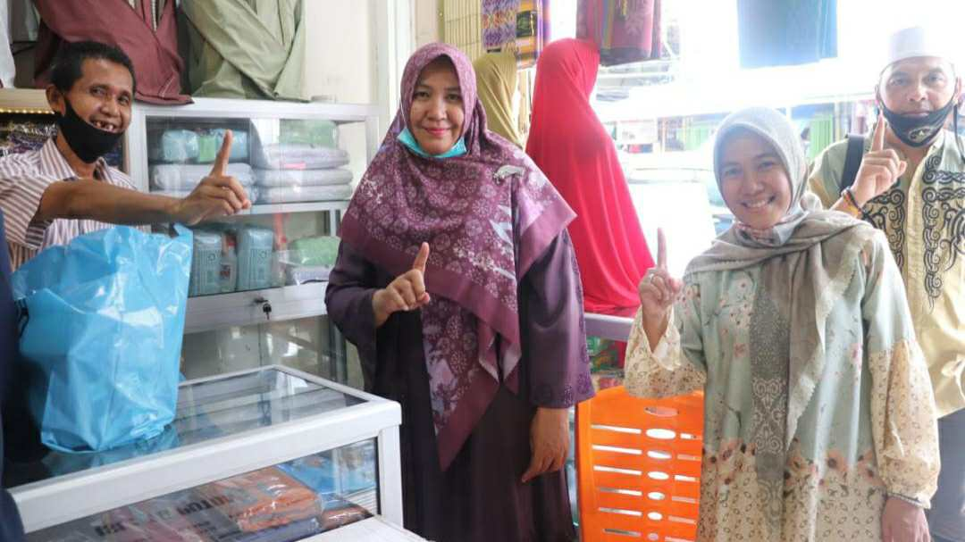 Rosita Cek Endra saat berbelanja pakaian muslim di Toko Azzahra