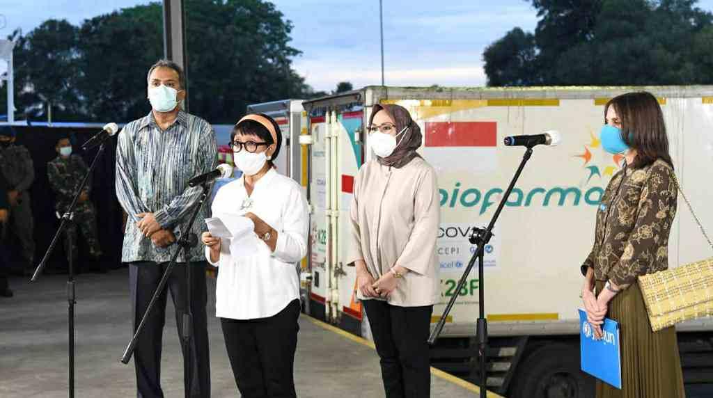 Menlu Retno saat menyambut kedatangan vaskin  AstraZenaca di Bandar Soekarno Hatta