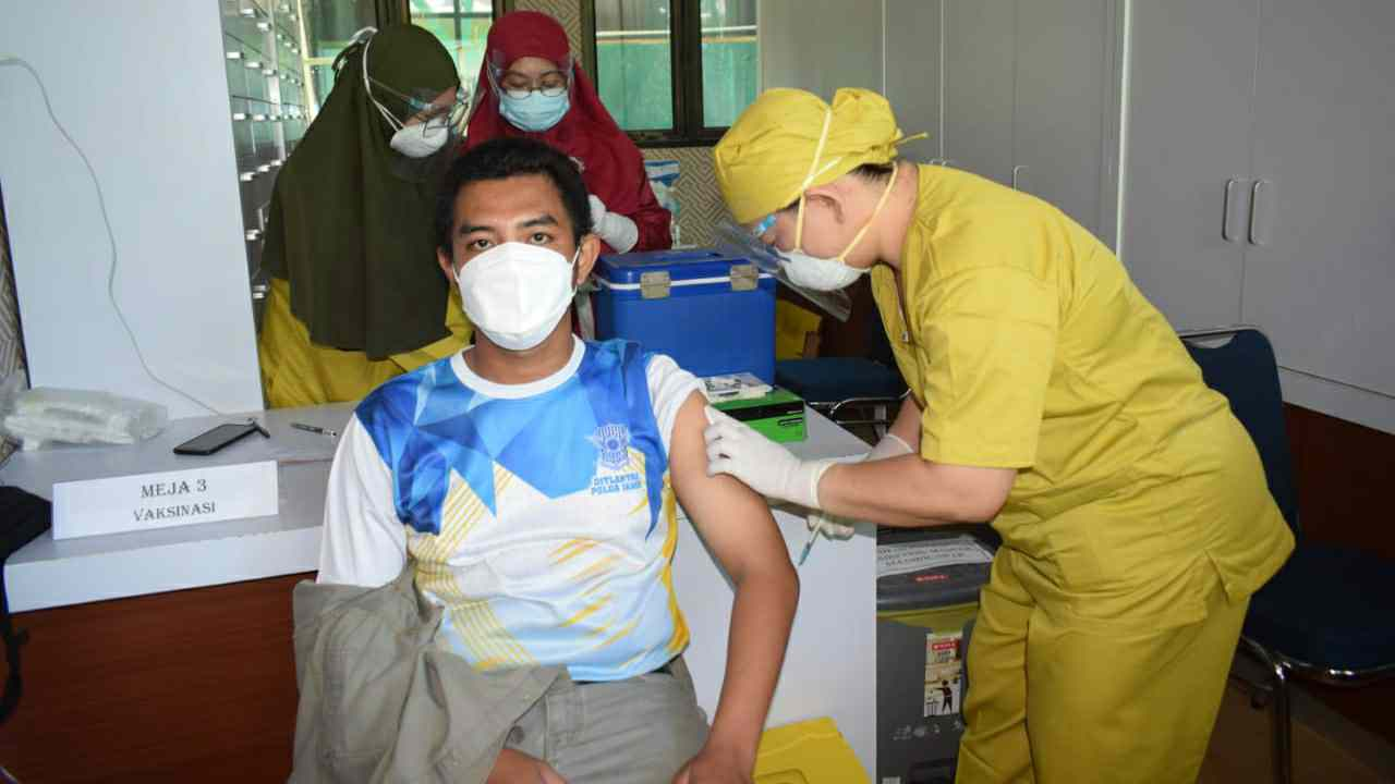 Eko wartawan di Tanjab Barat saat di suntik Vaksin Covid-19