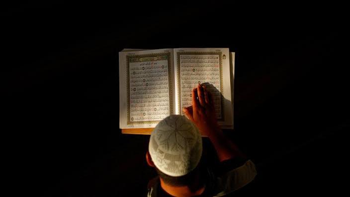 Membaca Al-qur'an (ilustrasi)