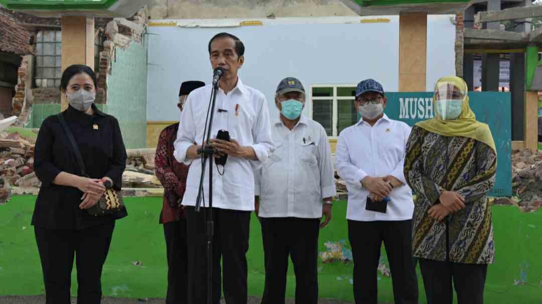Presiden Jokowi saat meninjau terdampak gempa di Kabupaten Malang