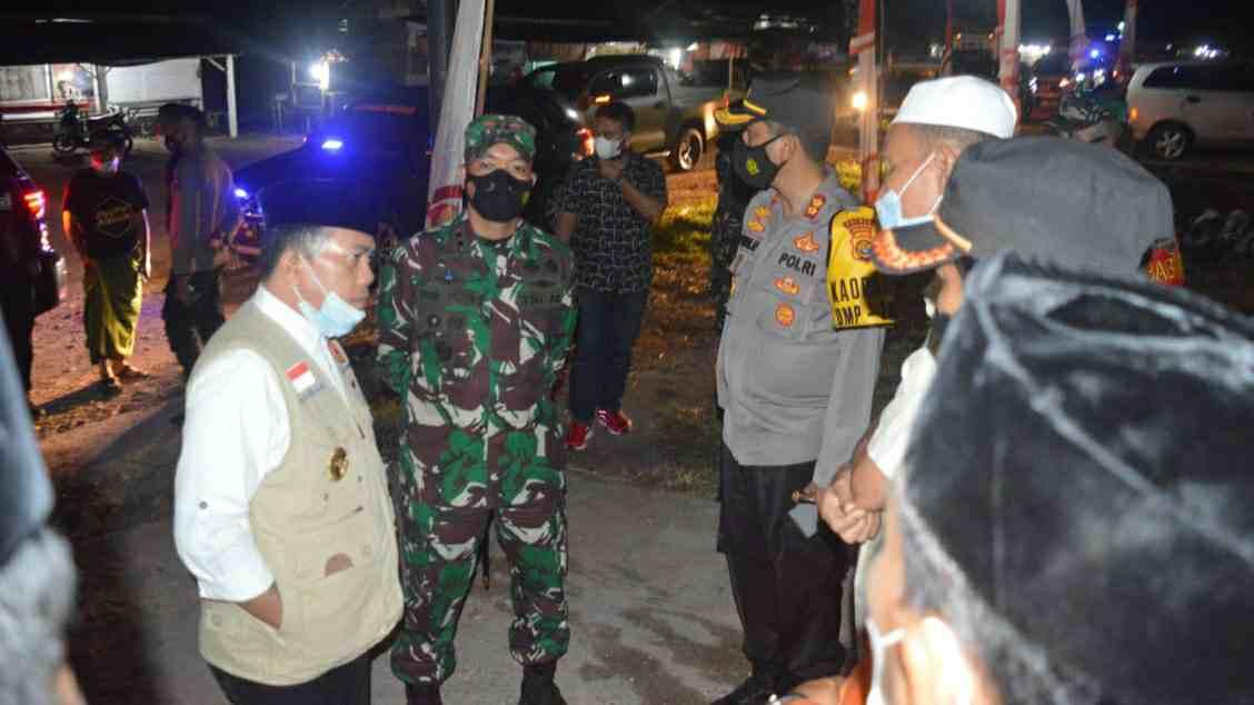 Al Haris bersama Kapolres dan Dandim saat memantau aktivitas posko perbatasan