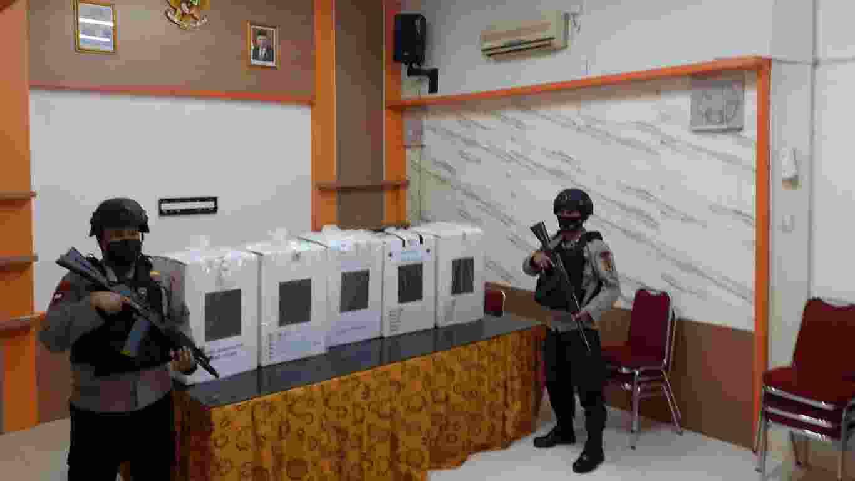 Aparat kepolisian saat menjaga pengamanan kotak surat suara PSU Pilgub Jambi