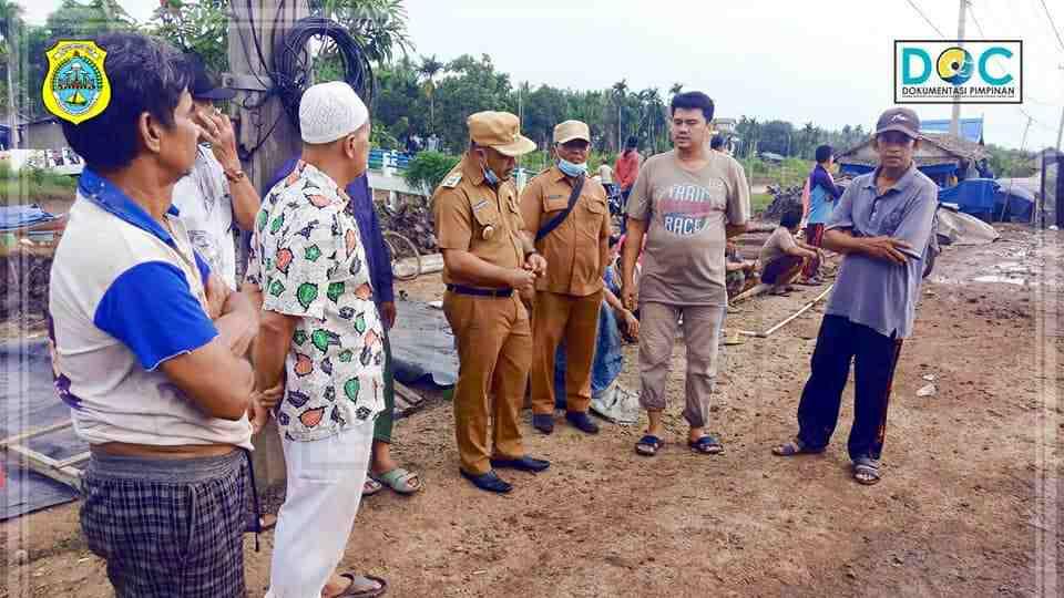 Wabup Robby saat tinjau korban kebakaran di Desa Sungai Jambat