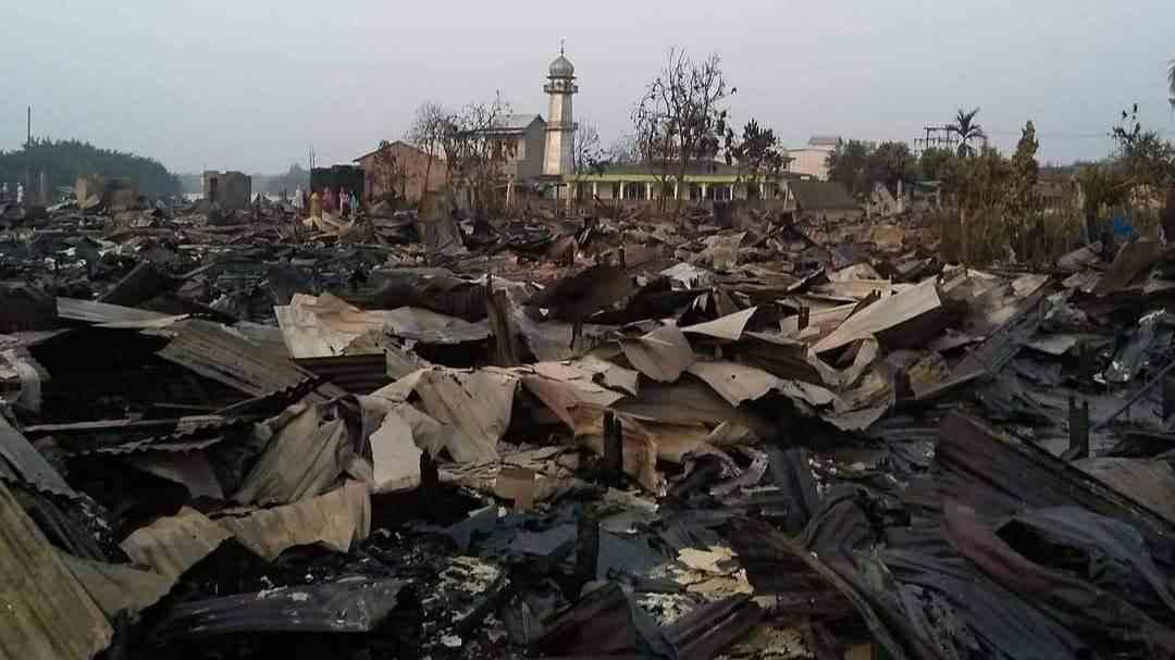 Musholla At-Taqwa yang berdiri kokoh di tengah ratusan rumah yang terbakar di Desa Mendahara Tengah