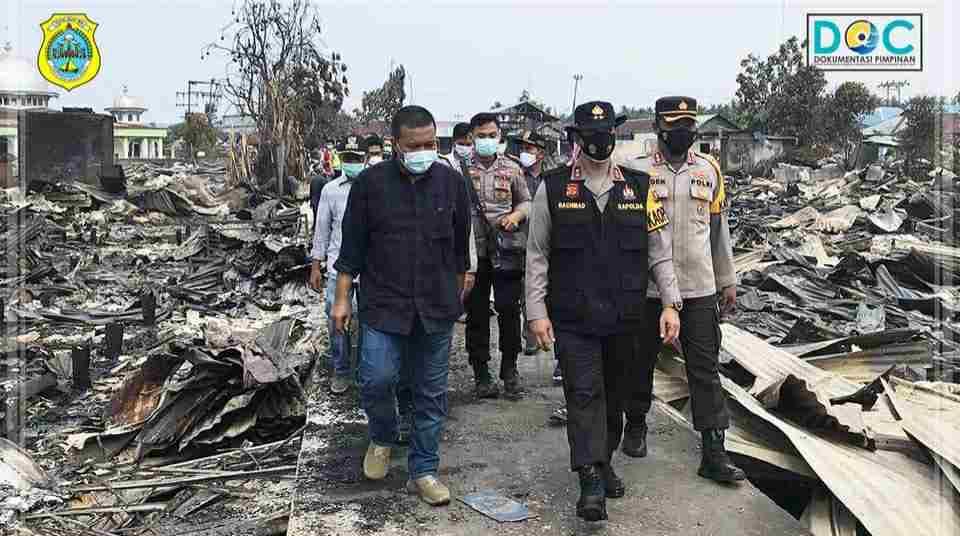 Romi Hariyanto saat dampingi Kapolda Jambi meninjau kebakaran di Desa Mendahara Tengah