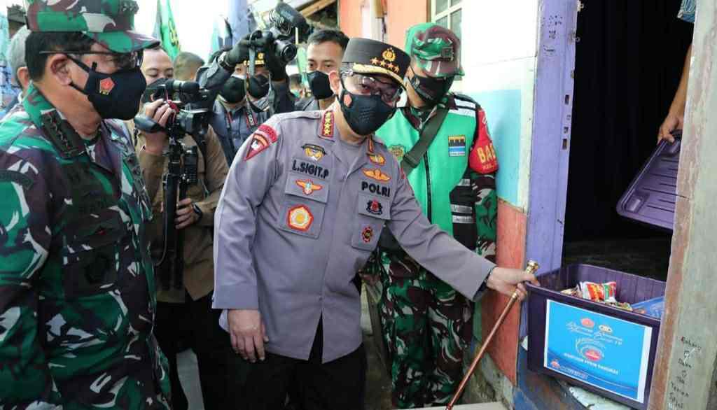 Jenderal Listyo Sigit Prabowo berikan bantuan ke warga saat PPKM Darurat