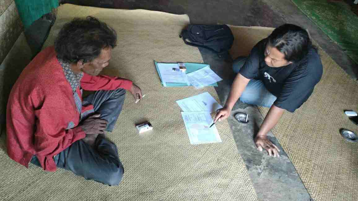 Ahmad Firdaus mendata jumlah MHA SAD Kelompok Temenggung Apung yang belum menerima BST Kemensos