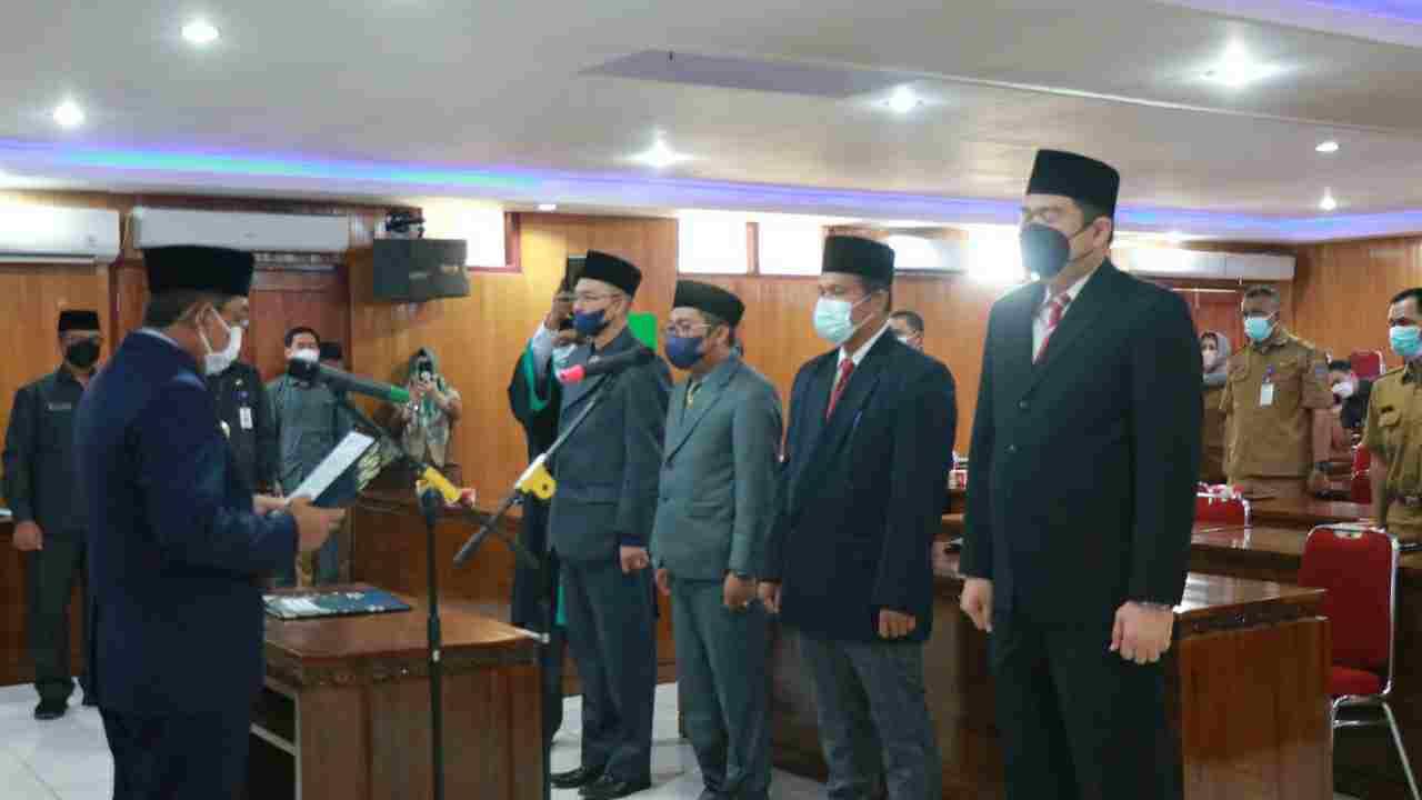 Bupati Anwar saat lantik empat pejabat struktural ruang lingkup Pemkab Tanjab Barat