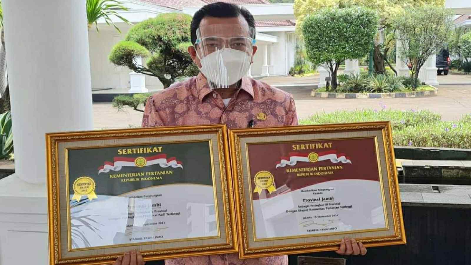 Dua penghargaan Abdi Tani yang diterima Gubernur Al Haris