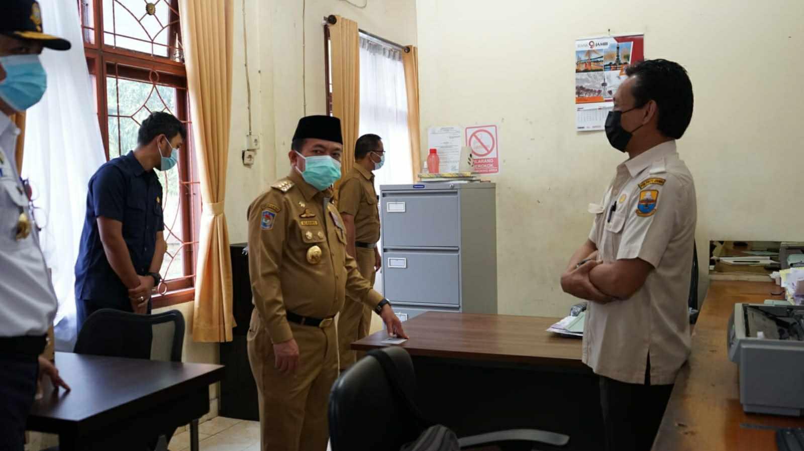 Gubernur Al Haris saat sidak ke Samsat Batanghari