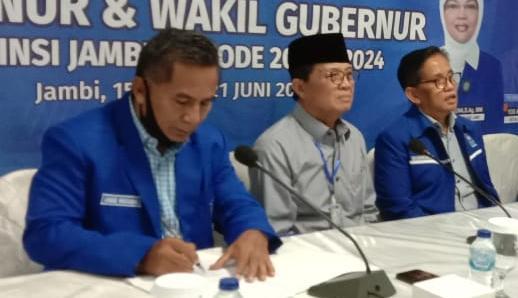 Fachrori Umar saat pengembalian formulir pendaftaran di DPW PAN Provinsi Jambi
