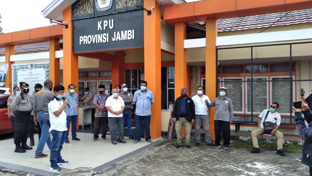 Massa saat datang KPU Provinsi Jambi