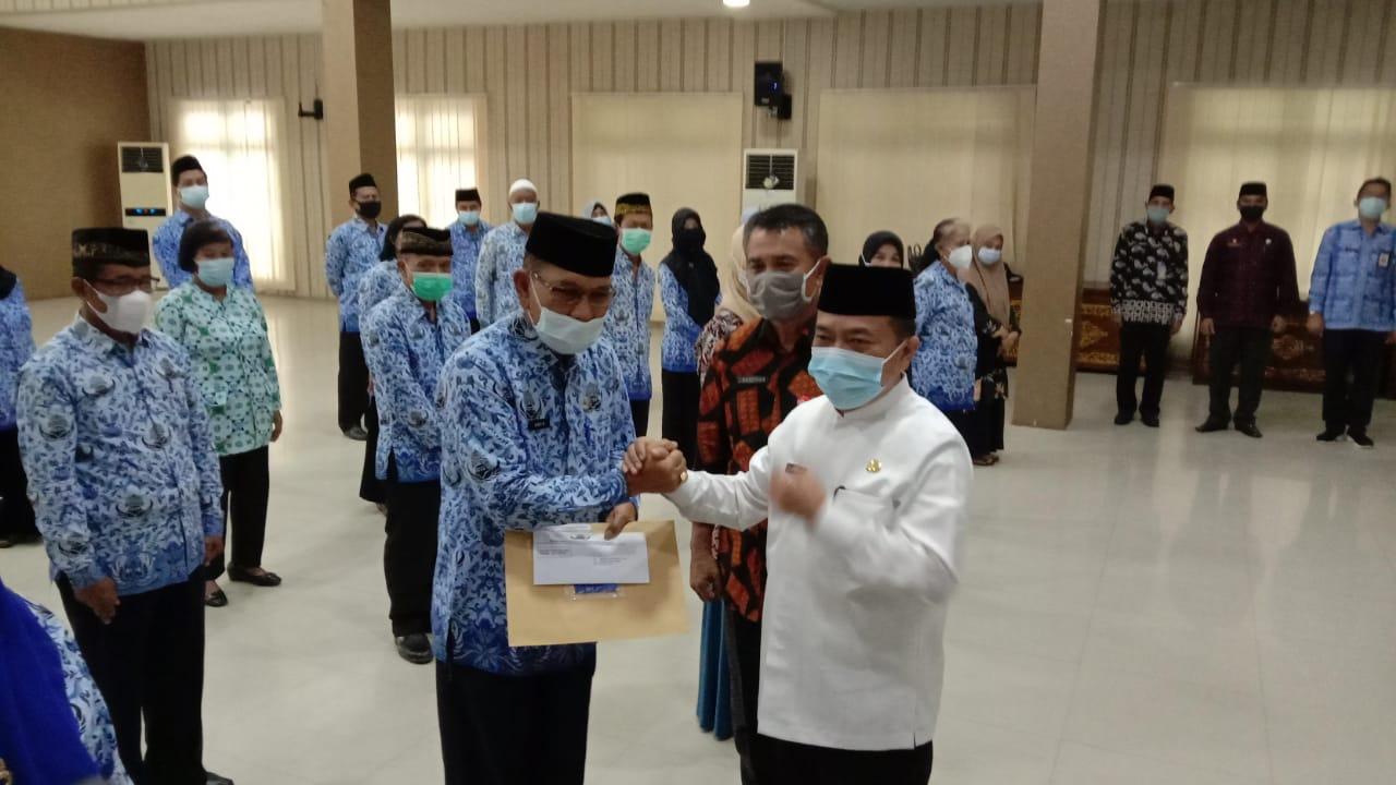 Al Haris saat salurkan bantuan sosial ke 55 ASN pensiun
