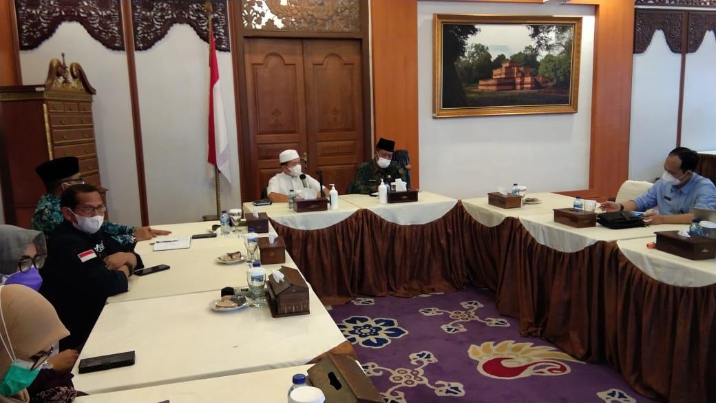 Al Haris saat pimpin rapat penanganan Covid-19 di Provinsi Jambi