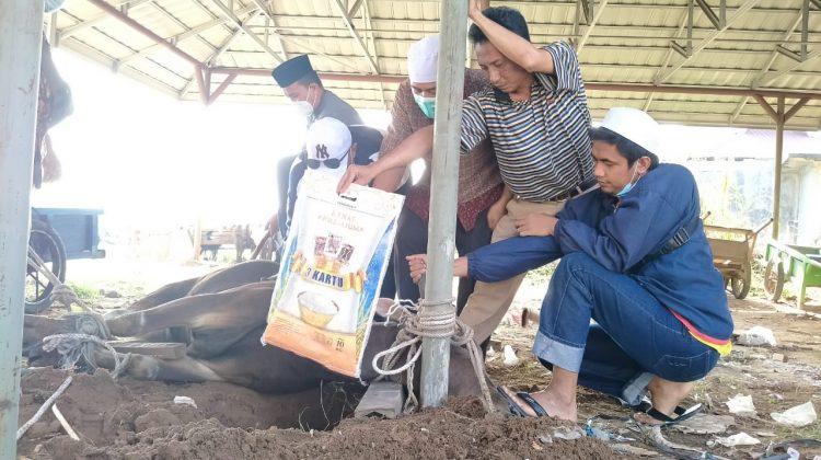 Pengelola Pasar Angso Duo Baru Jambi saat penyembelihan hewan qurban