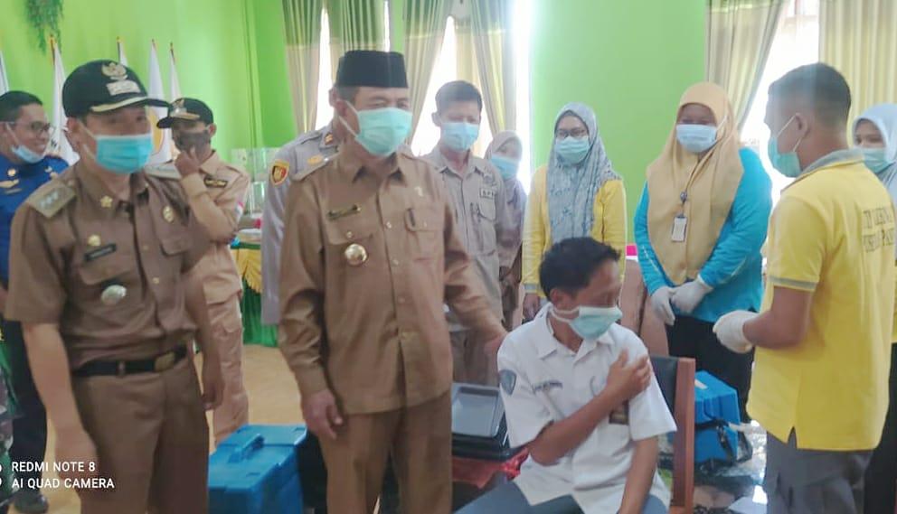 Bupati Mashuri saat pantau vaksinasi Covid-19 di SMK 10 Merangin