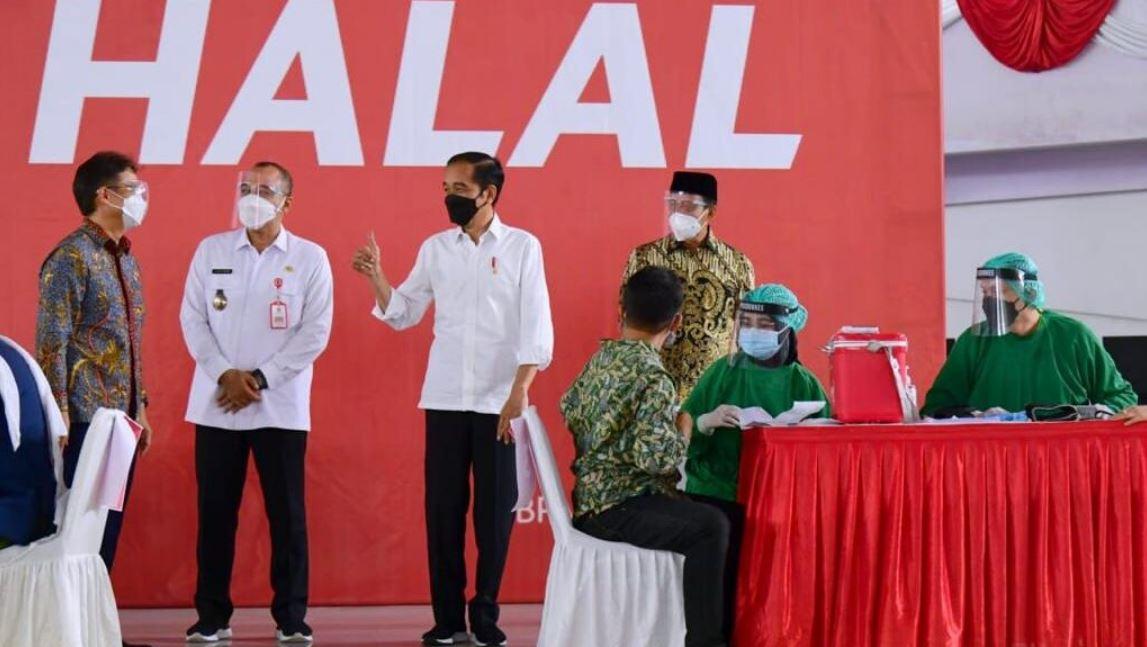 Presiden Jokowi saat meninjau pelaksanaan vaksinasi massal di Indoor Stadium
