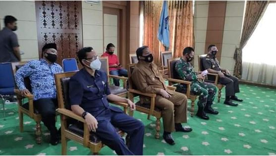 Zulhelmi dan Forkopimda mengikuti jalannya rapat koordinasi dengan Presiden Jokowi