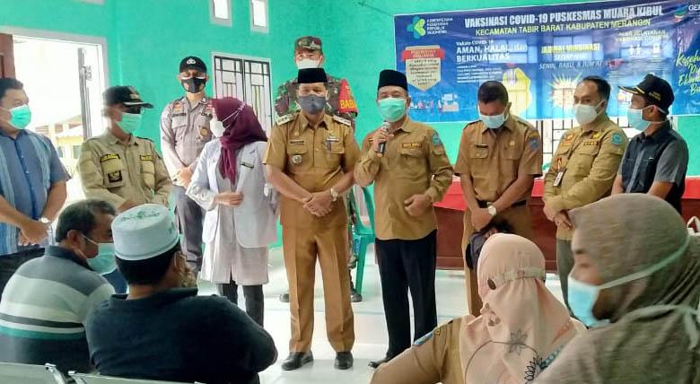 Mashuri saat memantau vaksinasi Covid-19 di Desa Baru Kibul Kecamatan Tabir Barat