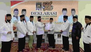 Al Haris (Tiga dari kanan) saat terima SK rekomendasi dukungan PKS