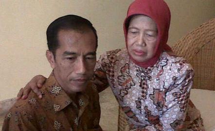 Presiden RI, Jokowi saat bersama Ibundanya