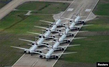 Pesawat penumpang American Airlines diparkir di landasan pacu di Bandara Internasional Tulsa