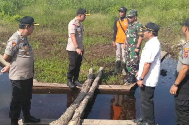 Kapolres Tanjab Barat Lakukan Pengecekan Sekat Kanal dan Draenase di Desa Muntialo