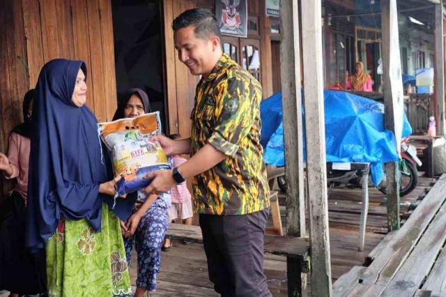 Kakak Beradik Anggota DPRD ini Distribusikan 1,5 Ton Beras ke Warga Kuala Jambi