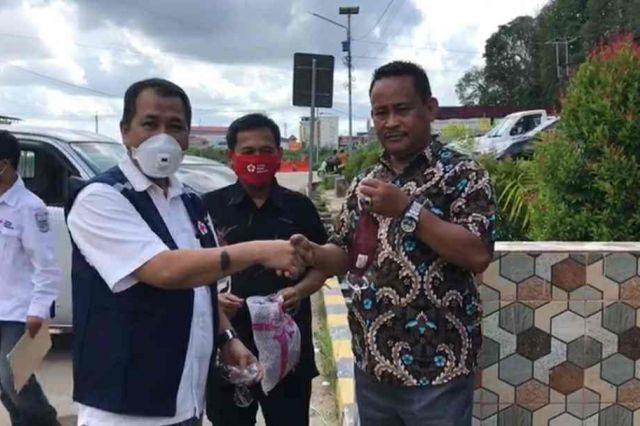 PMI Jambi Serahkan Bantuan Tempat Cuci Tangan dan Hand Sanitizer di Pasar Angso Duo
