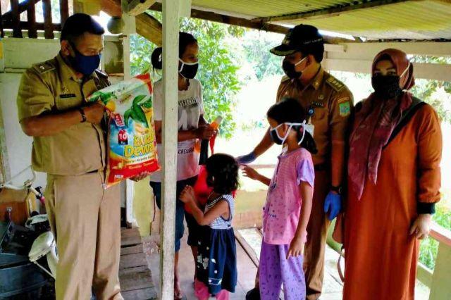 Camat Alam Barajo Kunjungi Sabriyanto yang Belum Tersentuh Bantuan Terdampak Covid-19