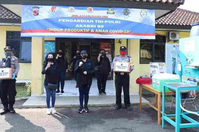 Moms DL 89 Berbagi Sembako dan Sarana Kesehatan di Polsek Tamansari dan Koramil Ciomas