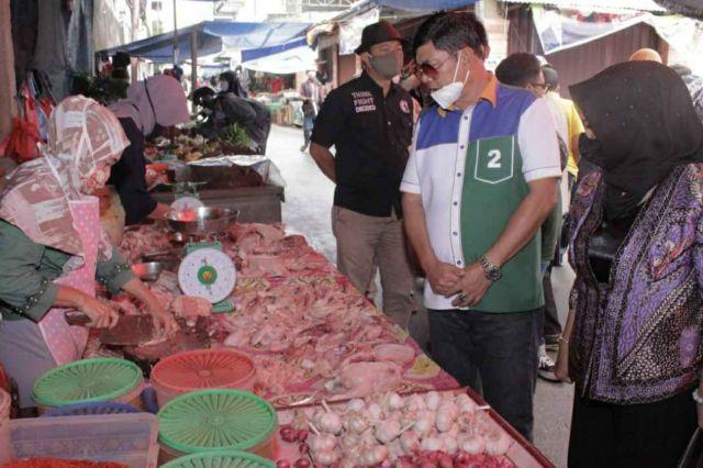 Didampingi Istri, Cawagub Sayfril Nursal Blusukan ke Pasar Keluarga