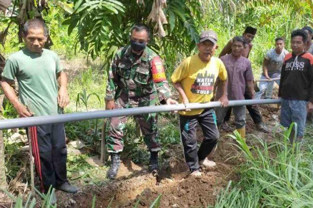Bantu Warga Pasang Pipa Air, Potret Kehadiran TNI Ditengah Masyarakat