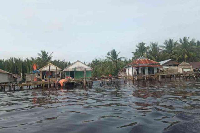 7 Bangunan di Desa Air Hitam Laut Nyaris Roboh Disapu Gelombang