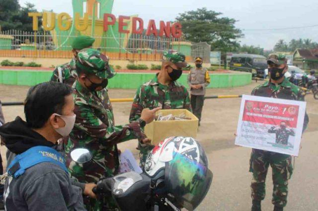 Potret Sinergitas TNI–Polri, Bagikan Masker untuk Warga dan Himbau Disiplin Penerapan Prokes