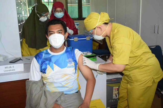 Wartawan, Kepala OPD, Camat dan Staf Ahli di Tanjab Barat Mendapat Vaksin Tahap Pertama