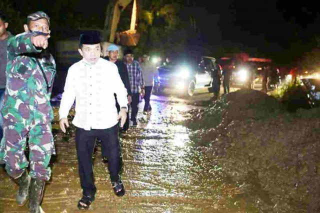 Al Haris Pimpin Evakuasi Pengerukan Material Longsor Jalan Bangko-Kerinci